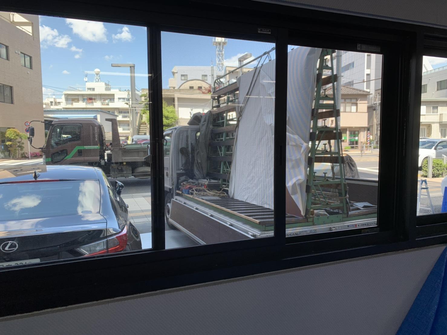 1Fの入口面に換気するための大型窓を設置