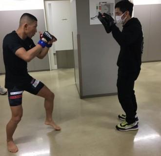 試合前のミット 師弟関係にある雅駿介選手と石渡伸太郎チーフトレーナー